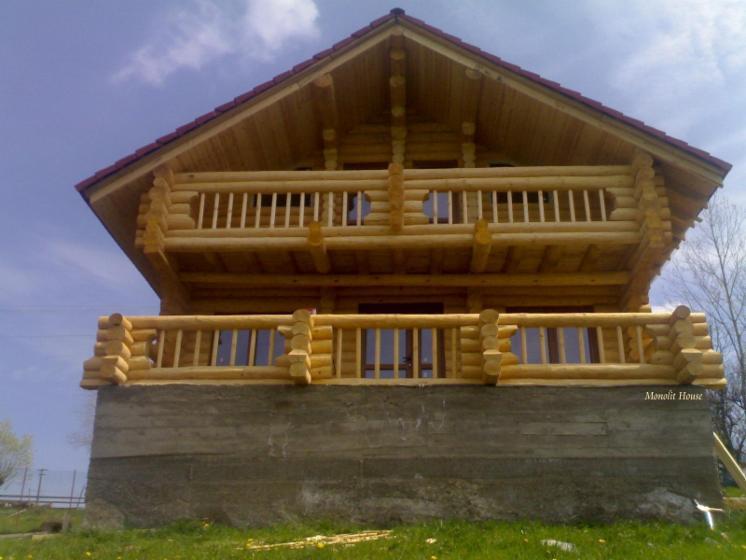 Case din lemn rotund necalibrat dupa proiecte proprii for Case de lemn rotund