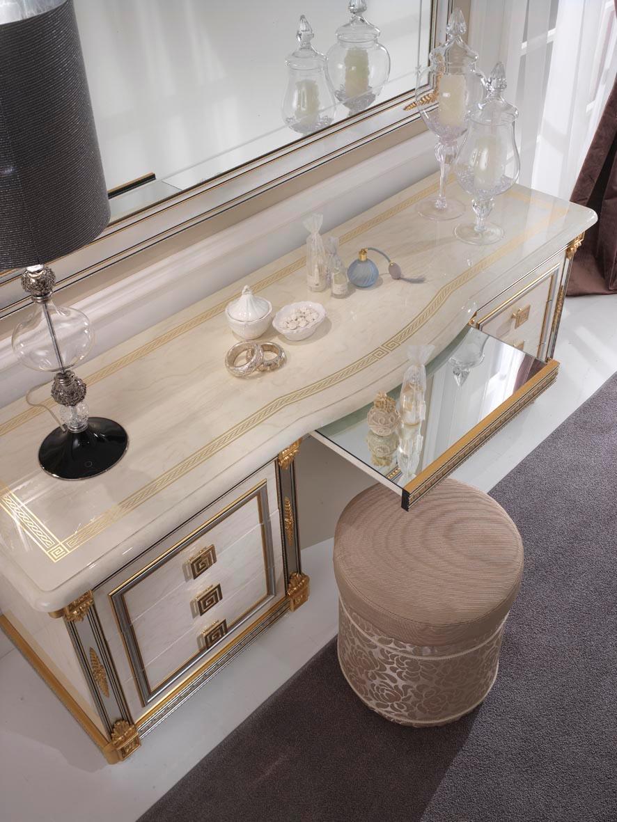 Camera da letto di design in stile classico for Pezzi di arredamento