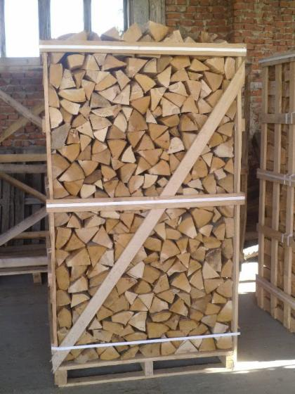 Fresh-firewood-in-large