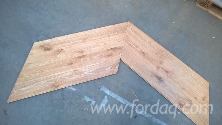 Oak-solid-wood-flooring-boards-15x120x980-mm--Hungarian-herringbone