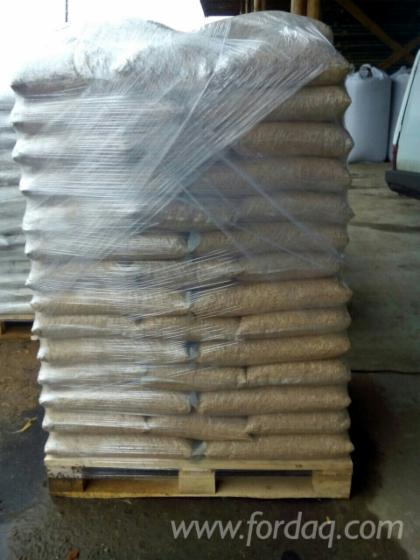 Wood pellets a white pine