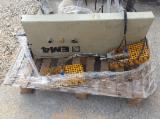 CHARGEUR HYDRAULIQUE POUR CORROYEUSE MOULIERE MARQUE WEINIG AVEC BOX POUR ELEMENTS ET VERINS PNEUMATIQES POUR LE SUPPORT DE LA PILE