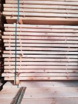 Schnittholz - Besäumtes Holz - Hersteller verkäuft das Holz für die Herstellung von Paletten und Industriewaren