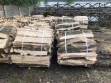 Nous vendons du bois de chauffage, fendu et emballé