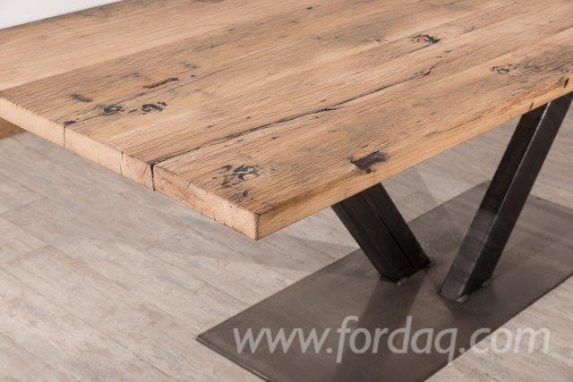 Tafel-van-oud-eiken-planken-met-metalen-X