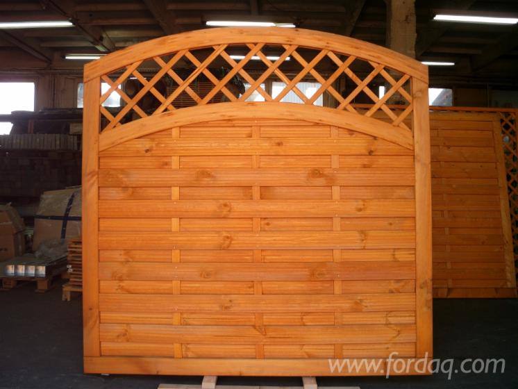 Shield fence with trellis, glazed in honey colour