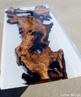 Mesas en resina y madera