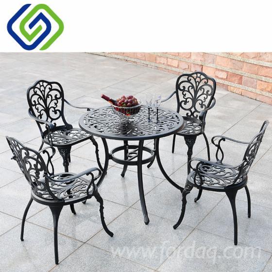 Luxurious-Dining-Garden