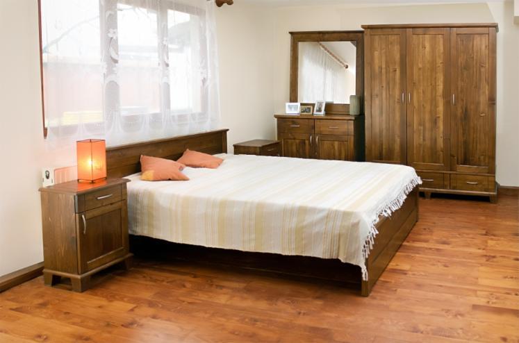 Vend ensemble pour chambre coucher traditionnel r sineux for Model chambre a coucher en bois